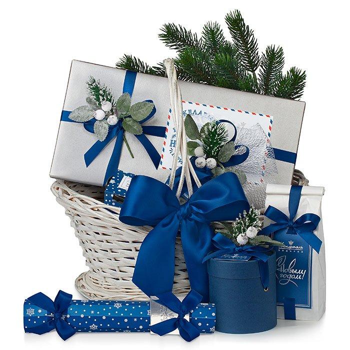 Новогодняя корзинка с синей лентой подарить